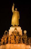 Vista frontal de estatua de mao con héroes zhongshan plaza, shenyang, ch — Foto de Stock