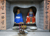 China Street Shrine with Gods and Old Chinese Sayings — Stock Photo