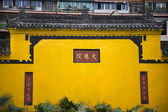 Geel muur wenshu yuan boeddhistische tempel chengdu sichuan in china — Stockfoto