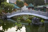 中国の幸運水庭橋反射 wong tai の罪 — ストック写真