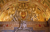 Papal Symbol Statues Vatican Museum Inside Map Room Ceiling Deta — Stock Photo