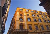 Hell gelb Builidng Blue skies römische Straßen Rom Italien — Stockfoto