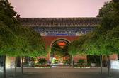 Ovest rosso cielo lanterne e cancello tempio del mento di pechino sole — Foto Stock