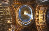 轴的里面小光梵蒂冈的圆顶意大利罗马 — 图库照片