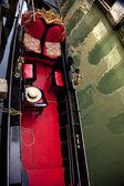 小さい側面運河のゴンドラをクローズ アップ ベニス イタリア — ストック写真