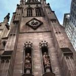 Mateusz znak rzeźby Trójcy Kościół new york miasto poza — Zdjęcie stockowe