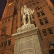 Stockfoto: Benjamin Franklin Statue Old Post Office Building at Night with
