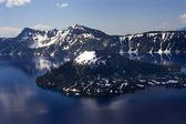 Ilha do lago de cratera com reflexões — Foto Stock