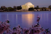 Jefferson Memorial and Tidal Basin Evening at Cherry Blossom Tim — Stock Photo