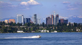 Bellevue Washington from Lake with Mountains — Stock Photo