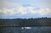 Mount rainier z jeziorem washington łodzią motorową czerwony most pontonowy — Zdjęcie stockowe