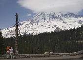 看着峰顶的游客 — 图库照片