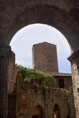 Ortaçağ taş kemer kule ortaçağ kenti san gimignano toskana bu — Stok fotoğraf