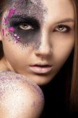 Ritratto di giovane donna con make-up artistico — Foto Stock