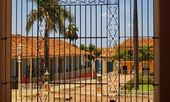 Houses in Trinidad, Cuba, behind the gate — Stock Photo