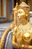 Goldene statue in einem tempel — Stockfoto