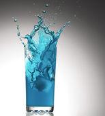 Salpicaduras de un vaso con agua — Foto de Stock