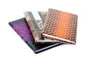 白で隔離される datebooks のヒープ — ストック写真
