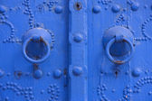 Oriental beautiful blue knocker and traditional door in Tunisia — Stock Photo