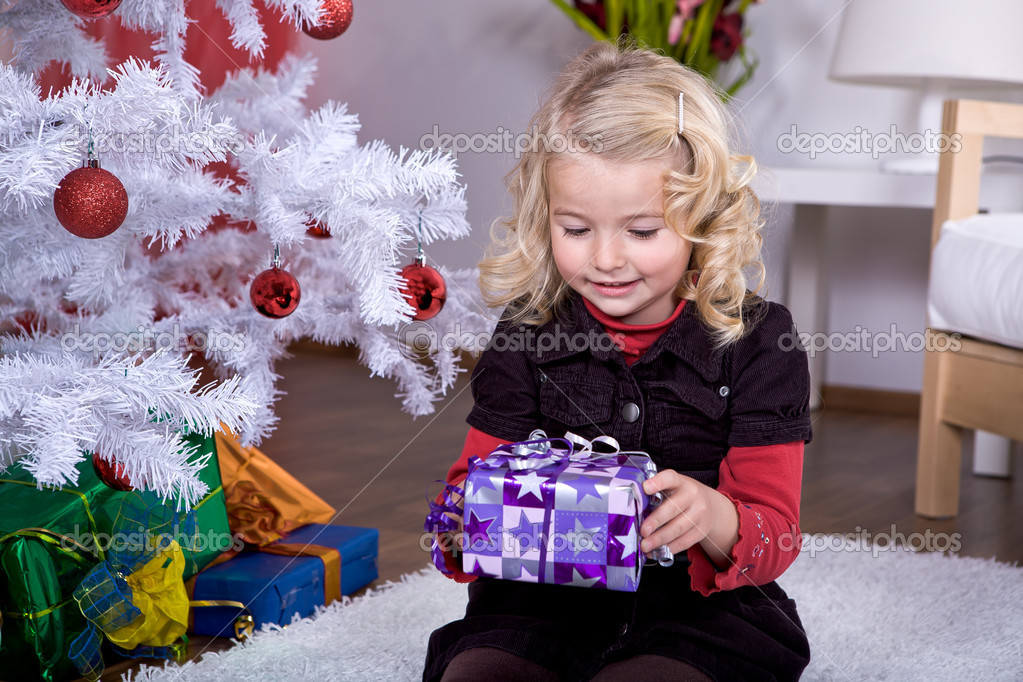 A little girl geting the Christmas gift — Stock Photo #6098517