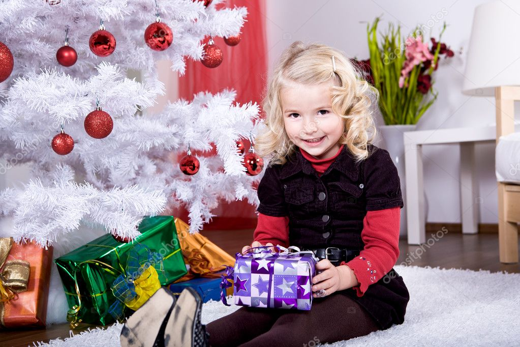 A little girl geting the Christmas gift — Stock Photo #6098518