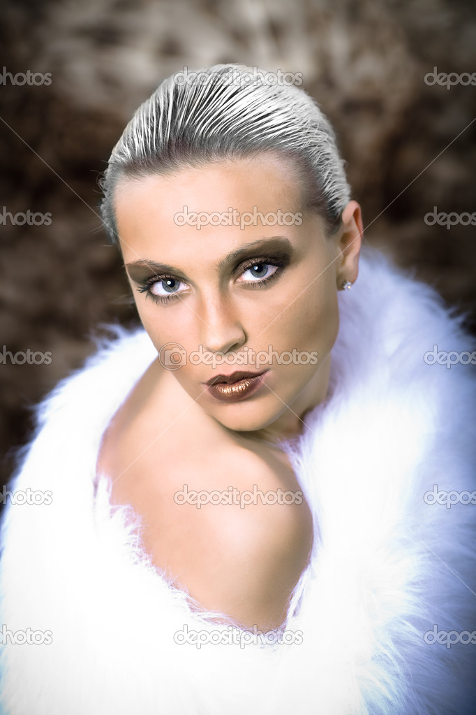 Portrait of a young woman in a fur — Stock Photo #6108405