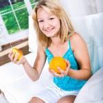 dziewczyna z gruszka i pomarańcza — Zdjęcie stockowe