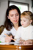 Daughter and mom drawing — Stockfoto