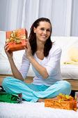 женщина с подарком — Стоковое фото