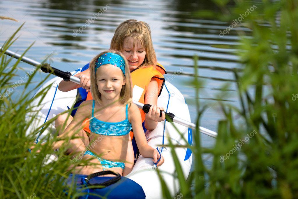 подробнее видео девушек юных на озере нанести аромат