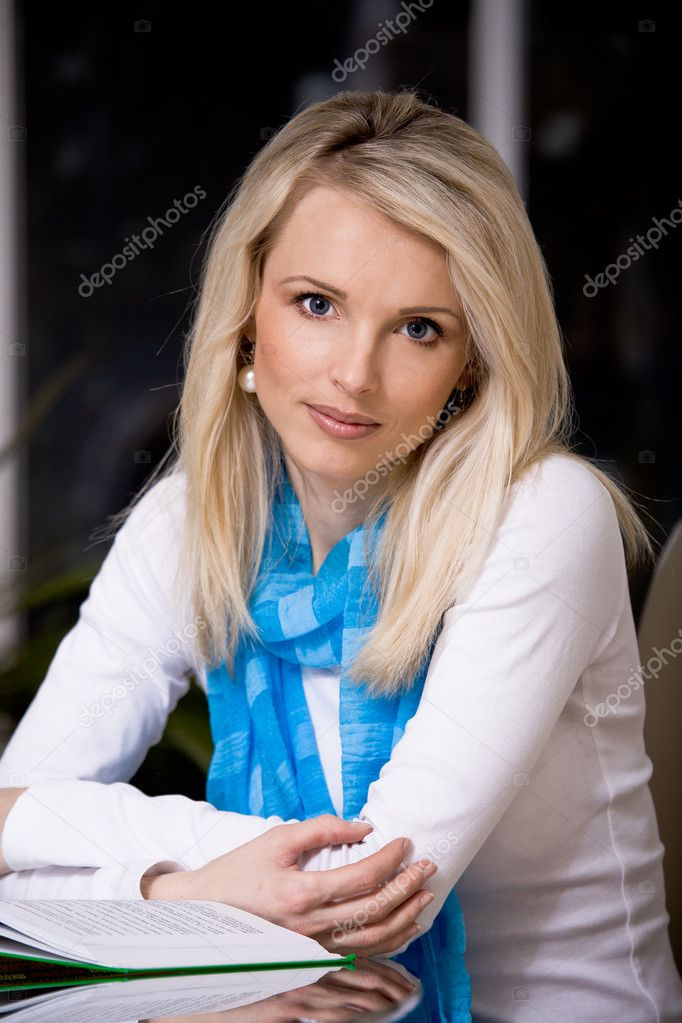 Young woman reading a book — Stock Photo #6230276