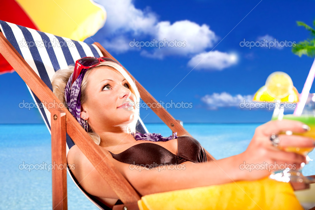 Portrait of a young woman on the beach — Stock Photo #6254733