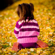 Little girl in the autumn park - Foto Stock