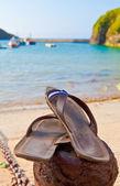 Sandály na pláži — Stock fotografie
