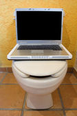 Ordinateur portable sur wc 1 — Photo