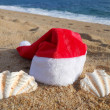 Santas hat and seashell — Stock Photo