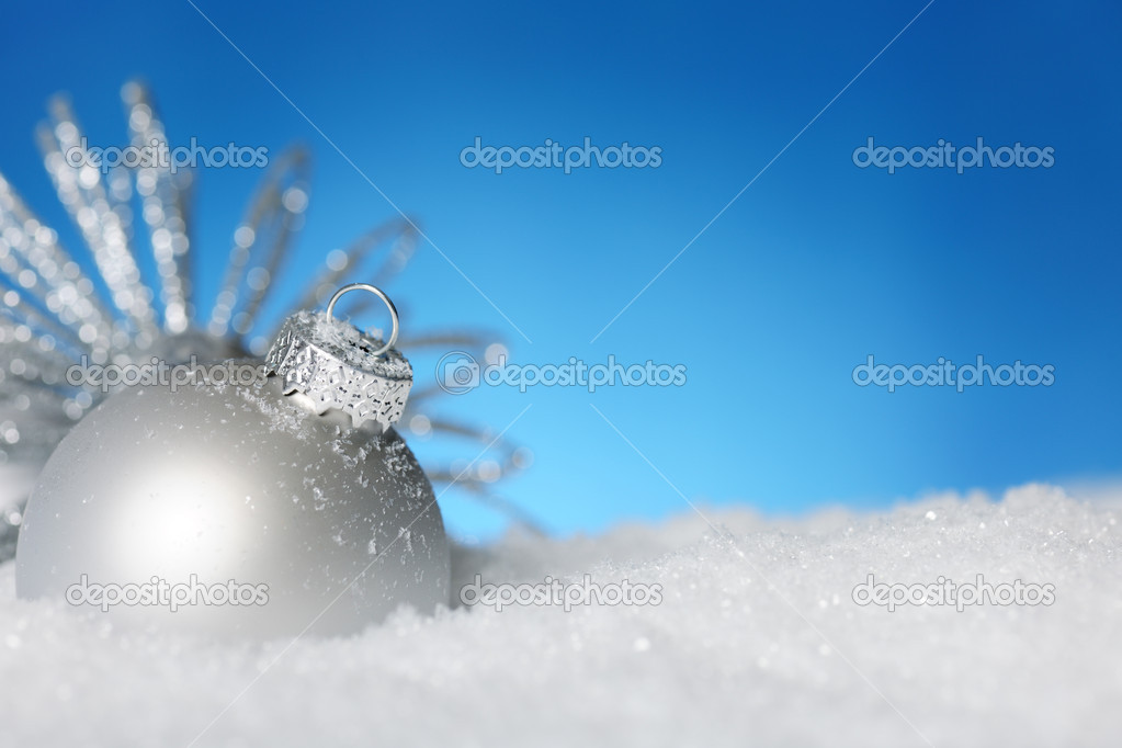 Shiny bauble on the snow — Stock Photo #6117797