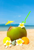 Beach with palm and and exotic coctail — Stock Photo