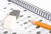 鉛筆、ノート、消しゴムとテストの得点 — ストック写真