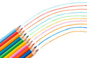 Beyaz arka plan üzerinde renkli kalemler — Stok fotoğraf