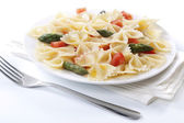 Farfalle, tomato and asparagus salad — Stock Photo