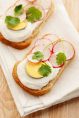 与蛋、 萝卜、 奶油芝士三明治 — 图库照片
