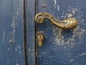D'oro maniglia con serratura su sfondo blu scuro — Foto Stock