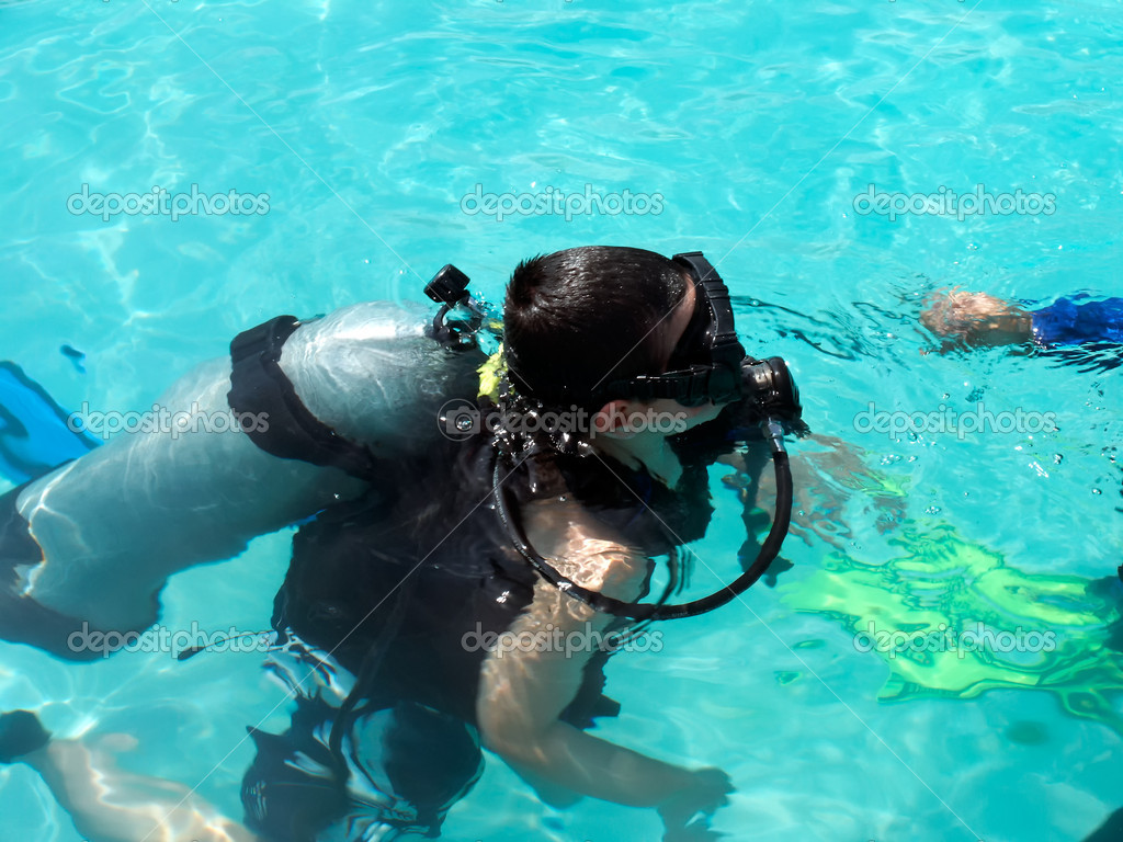 A boy taking scuba diving lessons in the caribbean resort. — Stock Photo #6090389