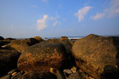 Sunset view of rocky Rhode Island sea shore. — Stock fotografie