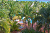 Lüks tropikal beach resort havuz güvertesi. — Stok fotoğraf
