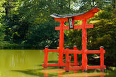Japanese Garden and pond with a red Zen Tower. — Zdjęcie stockowe