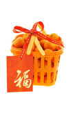 Mandarin oranges in gift backet and Chinese new year red packets — Stock Photo