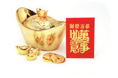 Año nuevo chino oro lingotes y paquete rojo — Foto de Stock