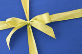 Bow ribbon on blue gift box — Stockfoto